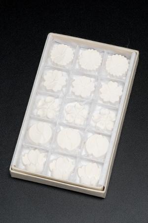画像1: 極上本葛菓子 小花15枚入り (1)
